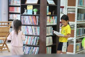 写真: ランマイ図書館で本を読む子供たち