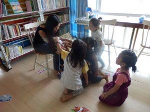 子供たちに読み聞かせをするアークのスタッフ、ジウちゃん